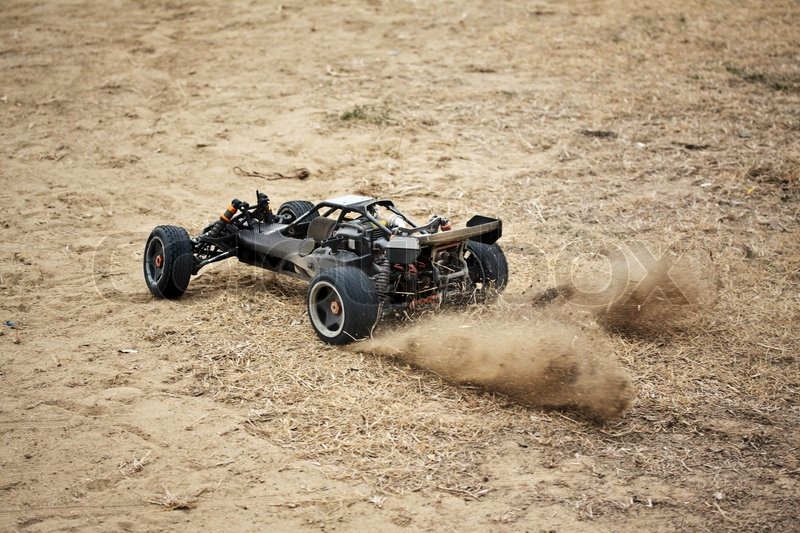 Rc spielzeug autofahren auf trockenem gras stock foto