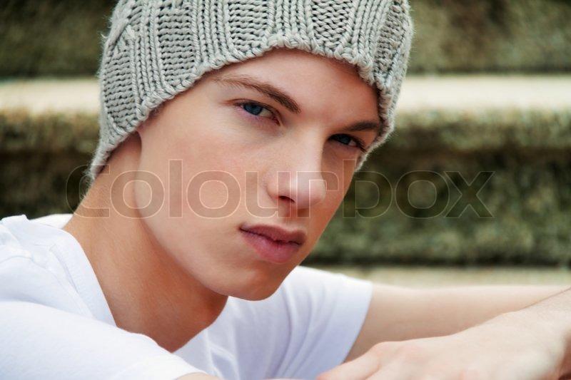 eine cool aussehende junge mann vor graffiti stockfoto colourbox. Black Bedroom Furniture Sets. Home Design Ideas