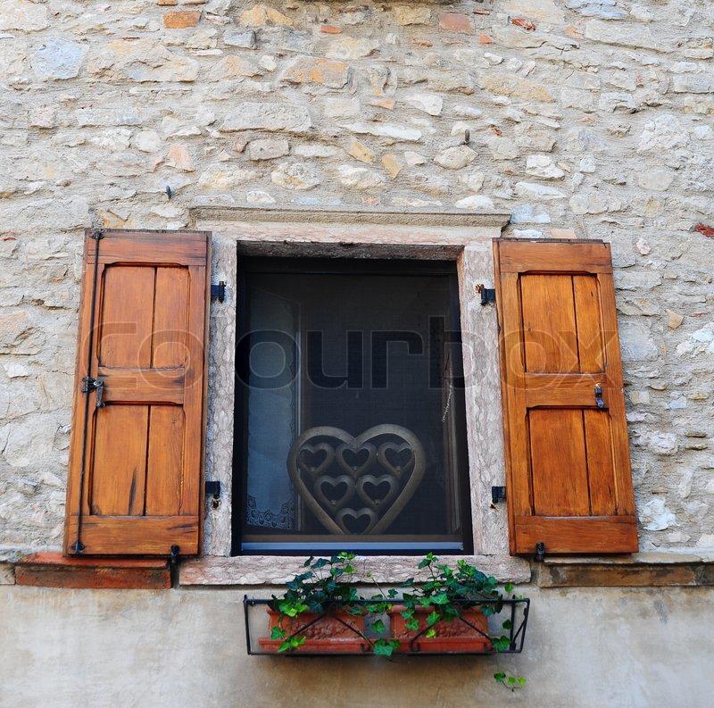 typisch italienische mit offenem fensterl den aus holz mit frischen blumen geschm ckt. Black Bedroom Furniture Sets. Home Design Ideas