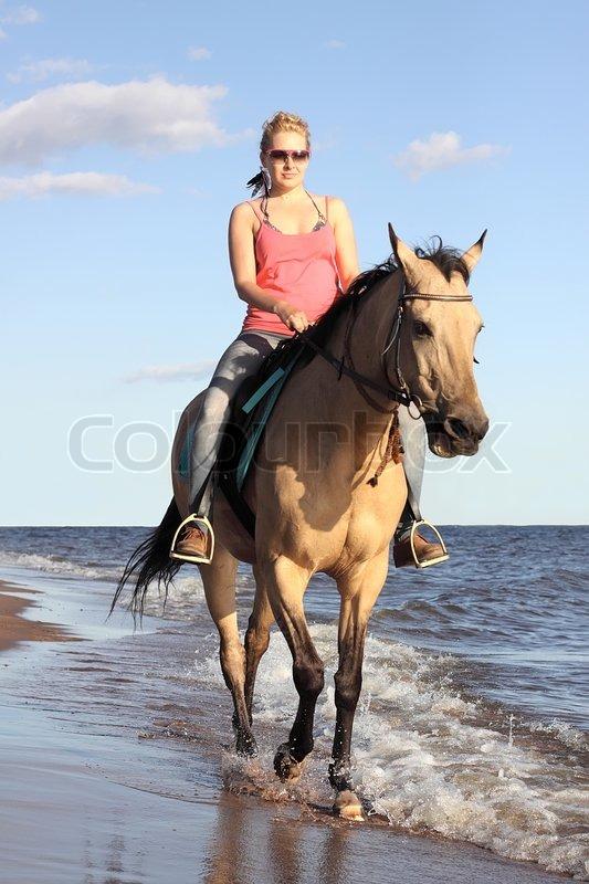 kvinde og hest