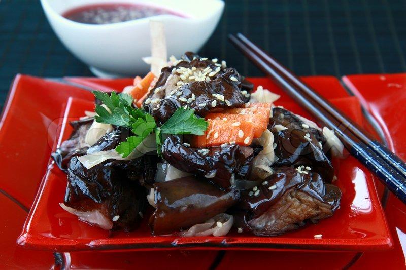 asiatische gem sepfanne auberginensalat auf ein traditionelles gericht stockfoto colourbox. Black Bedroom Furniture Sets. Home Design Ideas