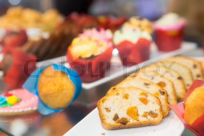 Stock image of 'Sliced bun with raisins on the shelf close up'
