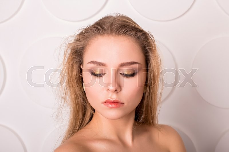 Stock image of 'Young Woman with Clean Fresh Skin and Nude MakeUp'