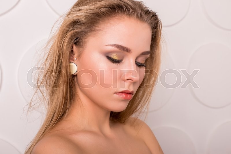 Stock image of 'Young beautiful brunette woman with natural makeup on grey background'