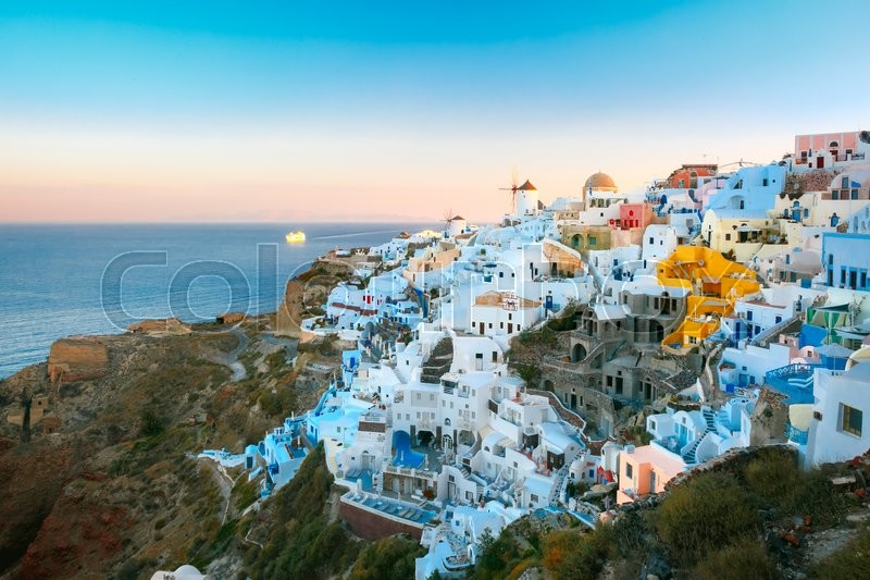 Stock image of 'Picturesque famous view, Old Town of Oia or Ia on the island Santorini, white houses and windmills at sunset, Greece'