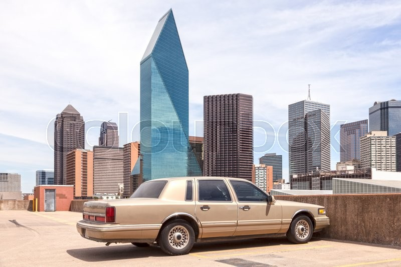 Stock image of 'Vintage american car in Dallas Downtown. Texas, United States'
