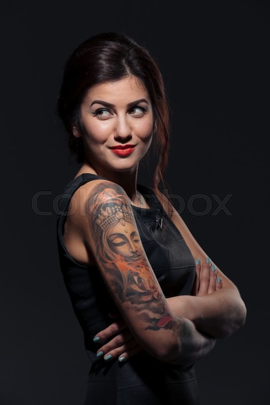 Stock image of 'Closeu of happy tattooed young woman standing with arms crossed'