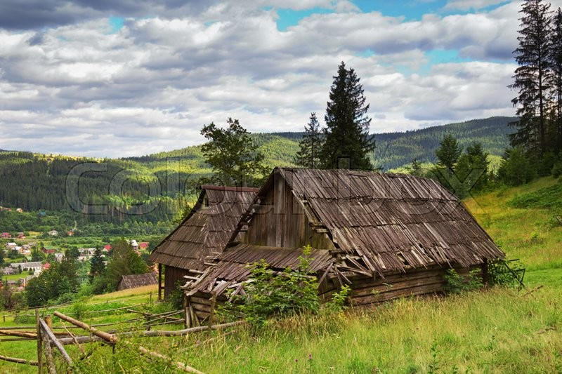 Stock image of 'Abandoned house in Carpatian mountains, Ukraine.'