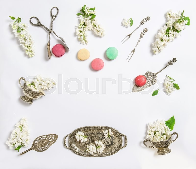 Stock image of 'Flat lay with white lilac flowers and macaroon cakes. Sweet food background'