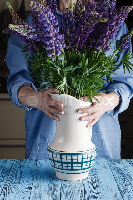 Stock image of 'Woman's hands stying together a bouquet'