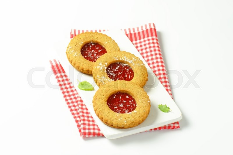 Stock image of 'Round Linzer cookies filled with raspberry preserve'