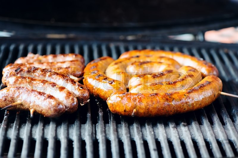 Stock image of 'Grilled sausages on the grill, close-up'