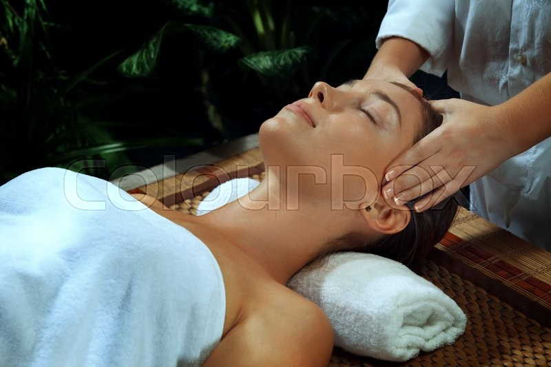 Stock image of 'portrait of young beautiful woman in spa environment.'