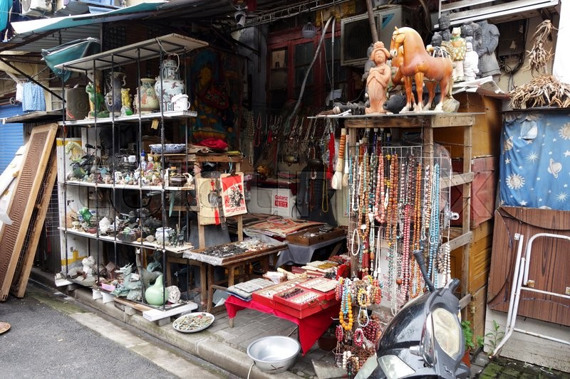 Stock image of 'Close up of Chinese antiques for sale at Dongtai Rd market Shanghai'