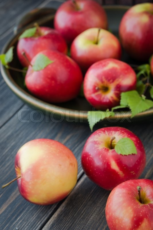 Stock image of 'red apples on wooden table close up'