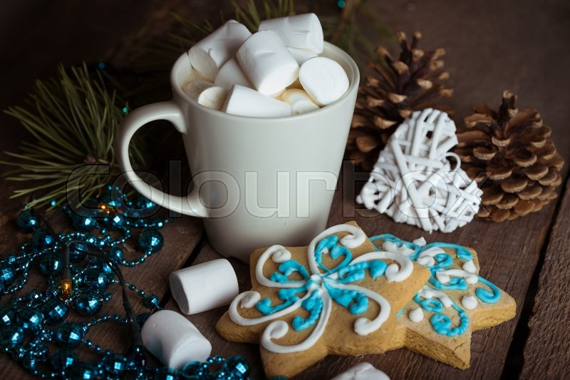 Stock image of 'cup of coffee and marshmallows. gingerbread and Christmas decorations\'