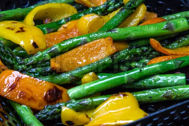 Stock image of 'peppers and asparagus rilling on a bbq'