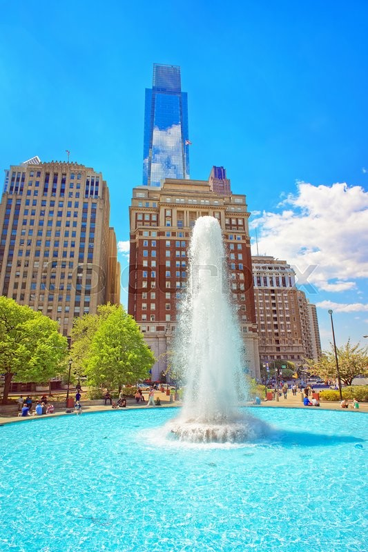 Stock image of 'Fountain in Love Park of Philadelphia, in Pennsylvania, USA. Tourists in the park. Skyline with skyscrapers on the background'