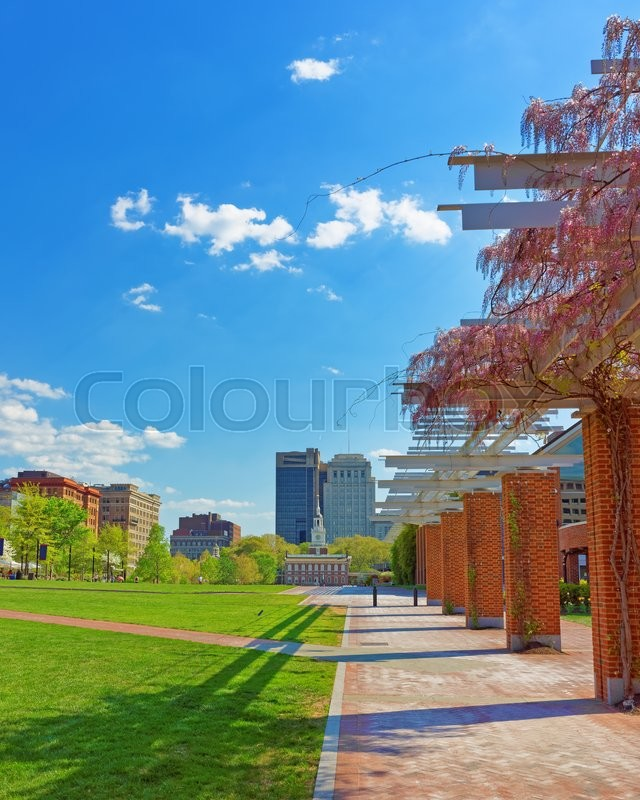 Stock image of 'Independence Hall viewed from Independence National Historical Park in Philadelphia, in Pennsylvania, USA. It is the place where the US Constitution and the US Declaration of Independence were adopted.'