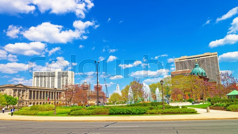 Stock image of 'Cathedral Basilica of Saints Peter and Paul of Philadelphia, in Pennsylvania, USA. Logan Square with Swann Memorial Fountain on the left. Tourists in the street.'