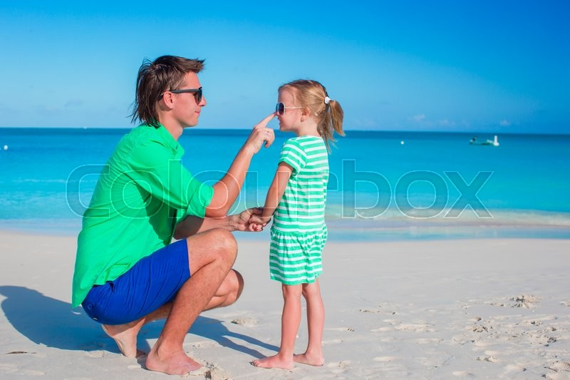 Stock image of 'Happy father and his adorable little daughter enjoy summer vacation'