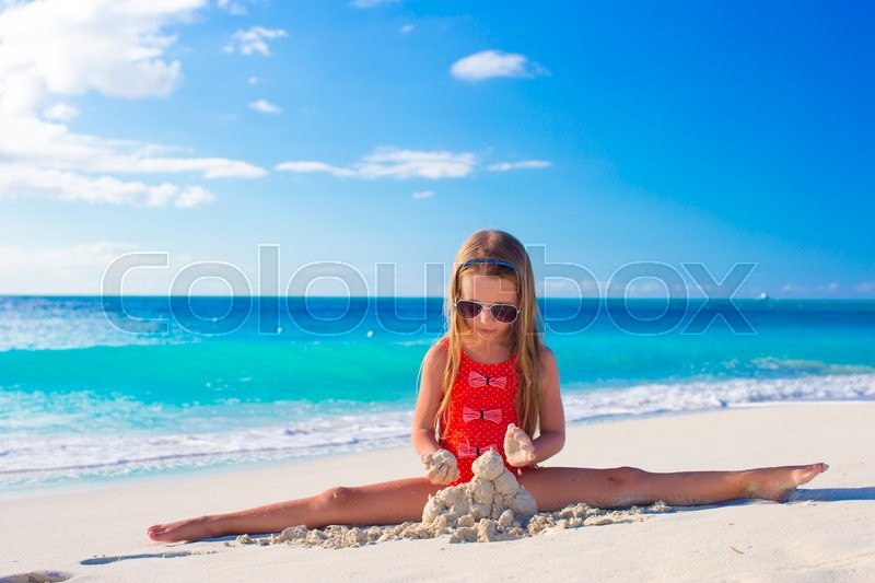 Stock image of 'Adorable little girl playing with beach toys during summer vacation'