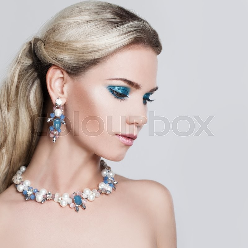 Stock image of 'Glamorous Blonde Woman. Makeup and Hairstyle'