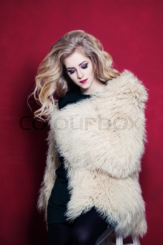 Stock image of 'Pretty Woman with Blonde Hair Wearing Fashion Fur Coat'