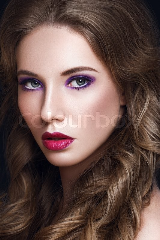 Stock image of 'Beautiful Model Woman with Long Curly Brown Hair and Makeup'
