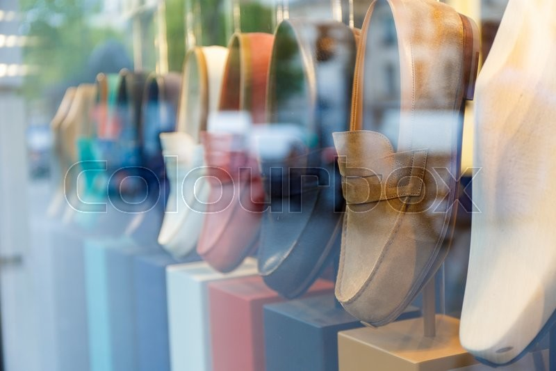 Stock image of 'Showcase with shoes of different colors in the street'