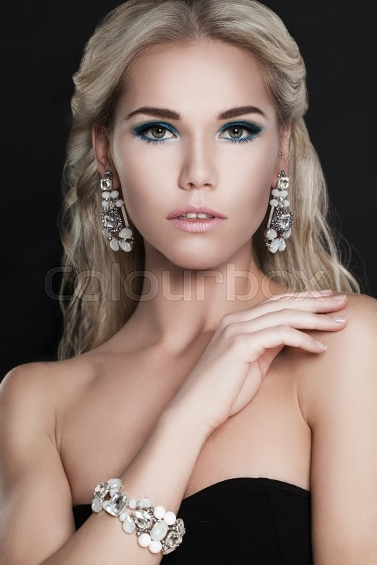 Stock image of 'Glamorous Fashion Woman with Blonde Hair and Diamond Jewelery'