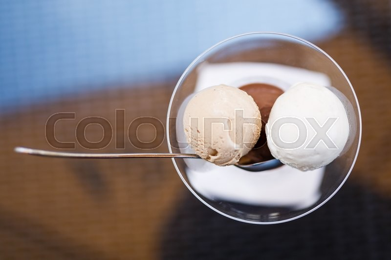 Stock image of 'Ice cream in a glass bowl close up'