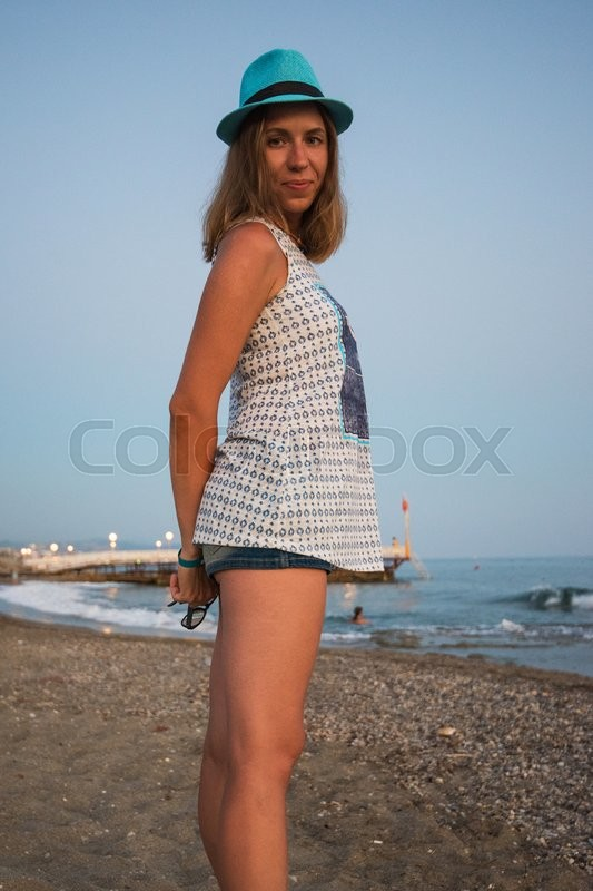 Stock image of 'beautiful woman on the beach at Alania, Turkey'