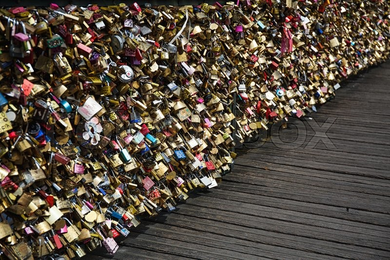Stock image of 'Love padlocks on the bridge in Paris, France'