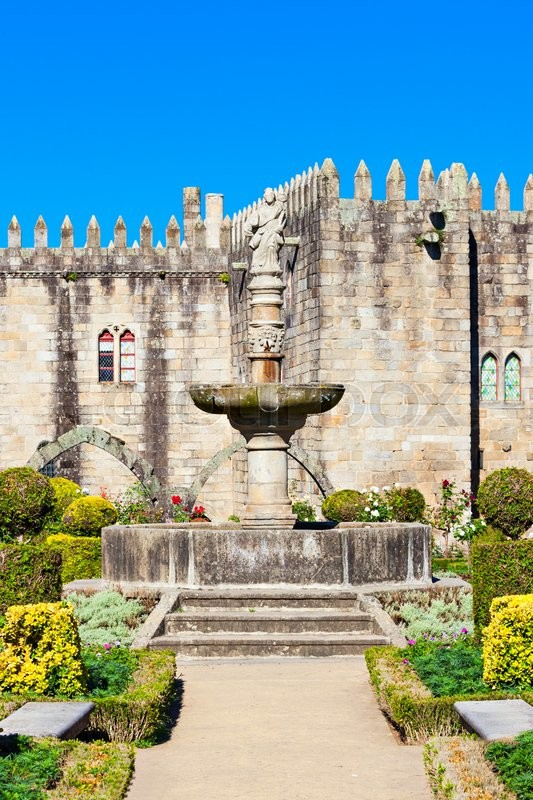 Stock image of 'Gardens of Santa Barbara with castle of Braga, Portugal'