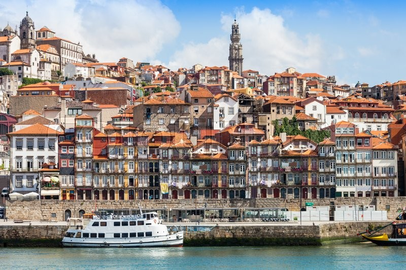 Stock image of 'Douro river and traditional boats in Porto, Portugal'