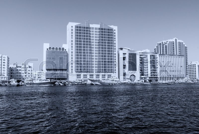 Stock image of 'Old Dubai creek and buildings.'