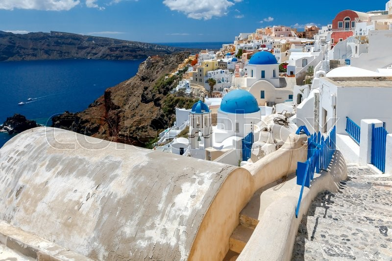 Stock image of 'Traditional narrow street down to the sea in the village Oia. Santorini, Greece.'