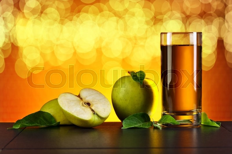 Stock image of 'Green apples and a glass of apple juice'