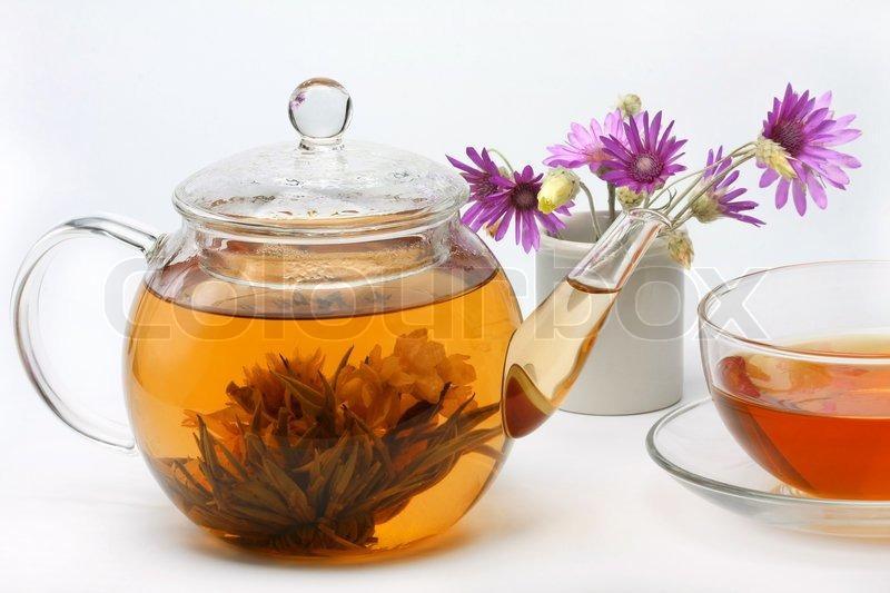 teekanne eine tasse tee und eine vase mit blumen. Black Bedroom Furniture Sets. Home Design Ideas