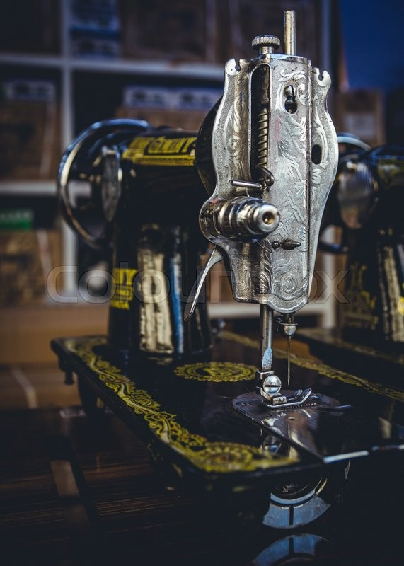 Stock Bild von 'Vintage Sewing Machines'
