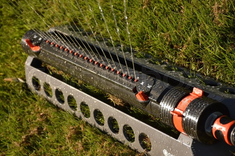 Stock foto af 'Watering lawn with sprinkler'