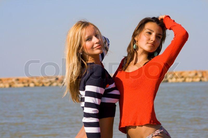 Zwei junge Mädchen posieren am Strand   Stockfoto   Colourbox