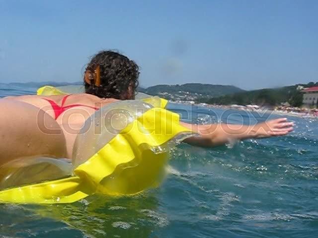 Frau Liegt Auf Aufblasbare Matratze Und Ruder In See, Stock Video