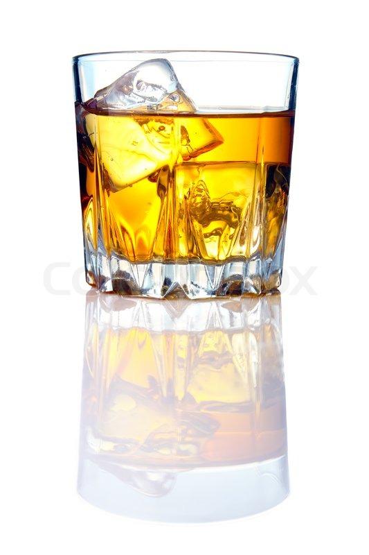 whiskey glas med isterninger og refleksioner stock foto colourbox. Black Bedroom Furniture Sets. Home Design Ideas