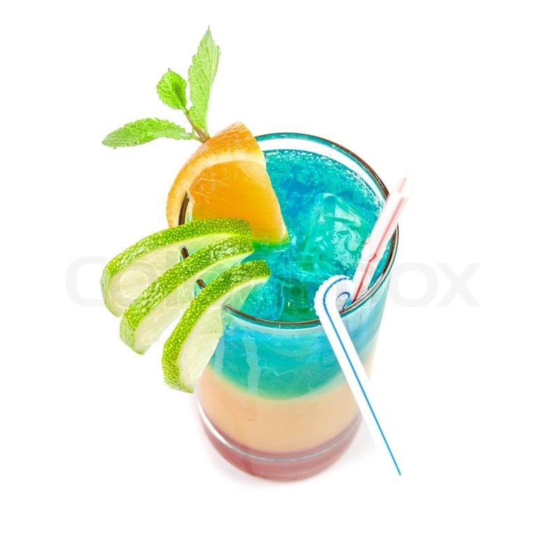 alkoholische cocktail mit limette orange und minze dekoriert isoliert auf wei em hintergrund. Black Bedroom Furniture Sets. Home Design Ideas
