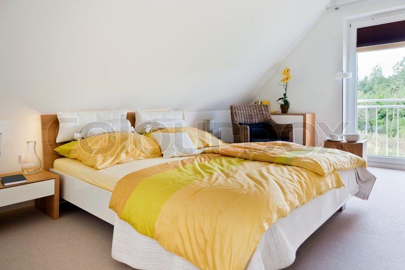 sch ne innere eines modernen schlafzimmer mit breitem bett stockfoto colourbox. Black Bedroom Furniture Sets. Home Design Ideas