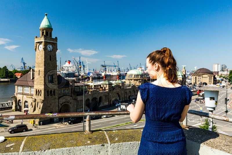 Stock image of 'Young lady in front of the St-Pauli Landing Piers in Hamburg'