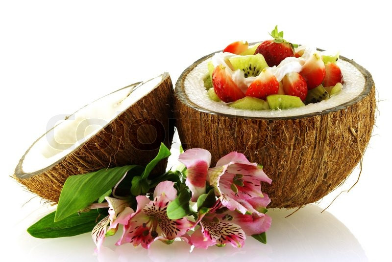 frischer obstsalat serviert in einer halben kokosnuss mit blumen auf wei em stockfoto colourbox. Black Bedroom Furniture Sets. Home Design Ideas