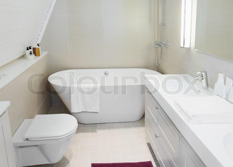 lille badekar Moderne ny lille badeværelse interiør med badekar. | stock foto  lille badekar